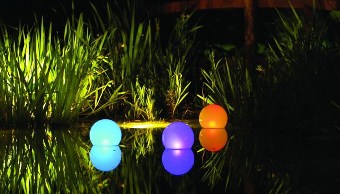 Декоративные светильники на пруду